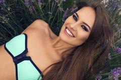 Портрет сексуальной красивой девушки в бикини представляя на поле лаванды Стоковые Изображения RF