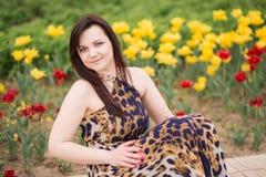 Портрет сексуальной чувственной красивой девушки брюнет с длинными волосами в платье леопарда желт-черном идя в парк Стоковая Фотография RF