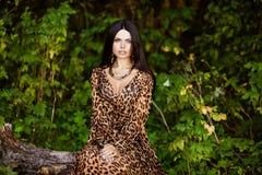 Портрет сексуальной чувственной красивой девушки брюнет с длинным hai Стоковые Фотографии RF