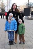 Портрет семейных фото против улиц города стоковая фотография