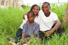 Портрет семей усмехаясь в парке стоковая фотография rf