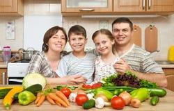 Портрет семьи в интерьере кухни дома, свежих фруктах и овощах, здоровый варить концепции еды, женщины, человека и детей Стоковые Фотографии RF