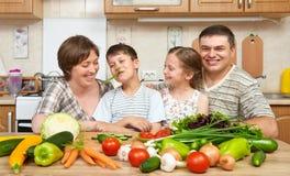 Портрет семьи в интерьере кухни дома, свежих фруктах и овощах, здоровый варить концепции еды, женщины, человека и детей Стоковые Изображения RF
