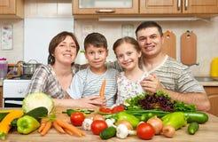 Портрет семьи в интерьере кухни дома, свежих фруктах и овощах, здоровый варить концепции еды, женщины, человека и детей Стоковое Изображение RF