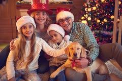 Портрет семьи в доме на рождестве Стоковое фото RF
