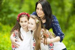 Портрет семьи девушек и матери в парке на предпосылке стоковое фото