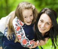 Портрет семьи девушки и матери в парке на предпосылке стоковая фотография rf