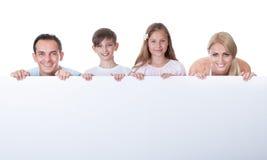 Портрет семьи за пустой доской Стоковая Фотография