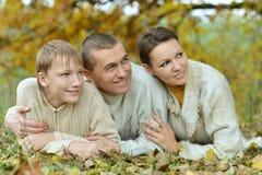 Портрет семьи ослабляя Стоковые Изображения