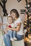 Портрет семьи перед часами 7262 огромными белыми указателя Стоковое фото RF