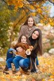 Портрет семьи сестер в желтом парке осени Стоковые Изображения RF