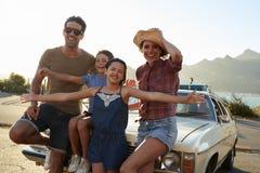 Портрет семьи стоя рядом с классическим автомобилем Стоковые Фото