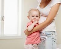 портрет семьи счастливый младенец ее мать Стоковое Изображение