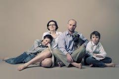 Портрет семьи с собакой стоковое фото
