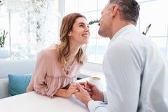 Портрет семьи усмехаясь пожененных человека и женщины пар быть ha Стоковые Фото