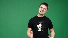 Портрет сердитого молодого человека сток-видео