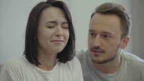 Портрет сердитого человека крича на его жене дома Проблемы в отношении между человеком и женщиной betrayer сток-видео