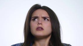 Портрет сердитой длинн-с волосами женщины отрицательно тряся голову говоря нет развевая руки в запирательстве над белой предпосыл акции видеоматериалы