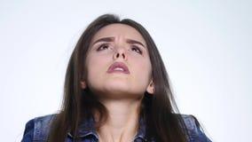 Портрет сердитой длинн-с волосами женщины отрицательно тряся голову говоря нет развевая руки в запирательстве над белой предпосыл видеоматериал