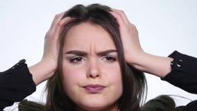 Портрет сердитой длинн-с волосами женщины отрицательно тряся голову говоря нет развевая руки в запирательстве над белой предпосыл сток-видео