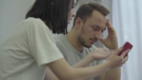 Портрет сердитой женщины крича на ее грустном мобильном телефоне показа супруга с сообщениями от его paramour дома Проблемы акции видеоматериалы