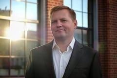 Портрет середины постарел уверенно бизнесмен на офисе, внешнем, солнечность стоковые изображения rf