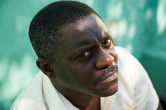 Портрет середины постарел африканский человек вытаращить камера Стоковое Фото
