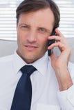 Портрет серьезного бизнесмена говоря на телефоне Стоковые Изображения RF