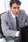 Портрет серьезного бизнесмена работая с компьютером Стоковая Фотография RF