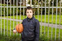 Портрет серьезного игрока корзины улицы мальчика Стоковое Изображение