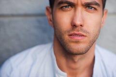 Портрет серьезного красивого человека Стоковая Фотография