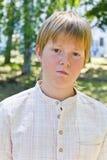 Портрет серьезного мальчика в парке Стоковые Фотографии RF