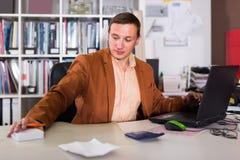 Портрет серьезного менеджера работая в офисе агенства стоковое изображение