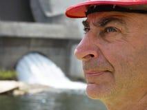 Портрет серьезного пожилого мужского инженера в шлеме работника Стоковое Фото
