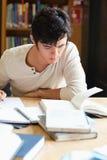 Портрет серьезного студента писать эссе стоковые фото