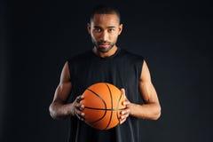 Портрет серьезного уверенно баскетболиста Стоковые Фото