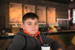 Портрет серьезного школьного возраст мальчика в кафе Детство, eatin стоковое фото rf