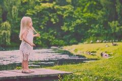 Портрет серьезной маленькой девочки стоя на мосте Стоковые Фото
