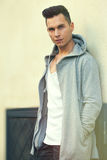 Портрет серьезной склонности молодого человека против стены Прическа моды Стоковое фото RF
