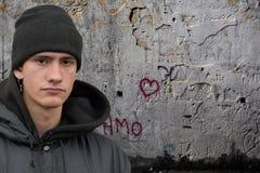 Портрет серьезно выглядя молодого человека стоковое фото