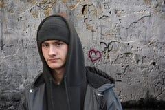 Портрет серьезно выглядя молодого человека стоковая фотография