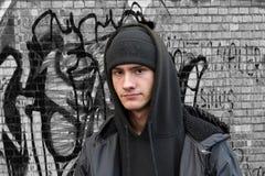 Портрет серьезно выглядя молодого человека стоковое фото rf
