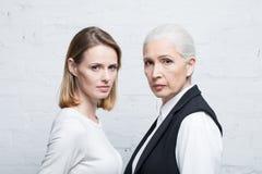 Портрет серьезных женщин стоя совместно и смотря камеру Стоковое фото RF