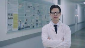 Портрет серьезных рук и смотреть скрещивания доктора камеру 4K видеоматериал
