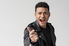 Портрет сердитого Афро-американского человека выкрикивая и изолированного указывая стоковые фотографии rf