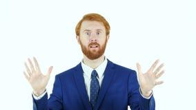 Портрет сердитого красного бизнесмена бороды волос, белый выкрикивать предпосылки видеоматериал