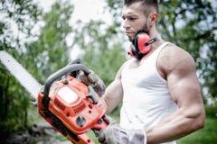 Портрет сердитого мышечного мужского lumberjack, woodworker стоковые фотографии rf