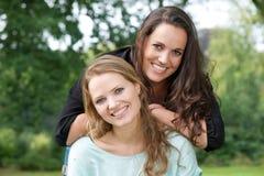 Портрет сестры взрослого 2 усмехаясь совместно outdoors Стоковая Фотография RF