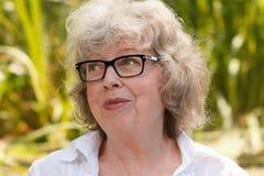 Портрет седой женщины outdoors Стоковые Фотографии RF