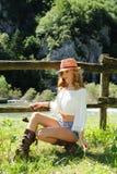 Портрет сельской местности красивой девушки Стоковая Фотография